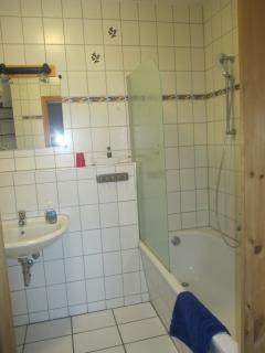 1. Bad mit Wanne/WC zum 1. Schlafzimmer