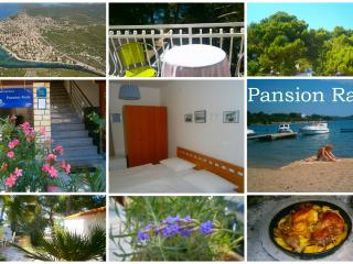 Pansion Rade, 2BD w/Breakfast on the Beach, 4, Pirovac