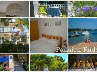 Pansion Rade, 2BD w/Breakfast on the Beach, 7, Pirovac