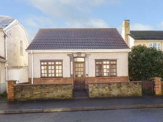 SWN-Y-MOR, detached, pet-friendly, freestanding bath, near beaches, in Pembrey,