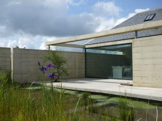 BRYNCYN - MODERNIST INTERIOR WITH HOT TUB, Newcastle Emlyn