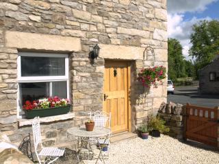 Pet friendly cottage, village location, free Wi-Fi, Orton