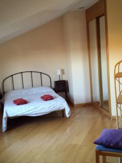 Habitación nº1: cama de 1,35 cm, 2 mesillas, cómoda, armario empotrado.