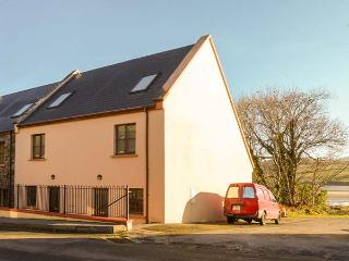 6 CLOGHANE HOLIDAY HOMES, end-terrace, over three floors, open fire, parking, in Cloghane, Ref 919277