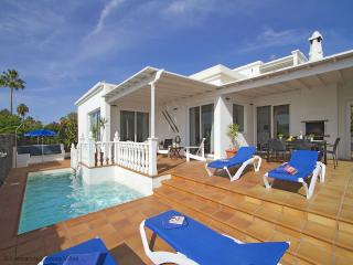 Villa Benedicte - luxury 3 bed villa, stunning sea & harbour view, heated pool,  wifi, aircon available, Puerto del Carmen