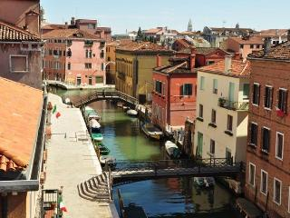 WaterView - Large three bedroom flat with canal view, Venecia
