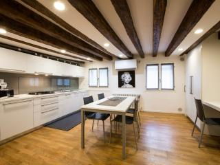Lion 5 - Modernand quiet two double bedrooms with canal view, Veneza