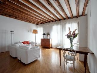 Rio della Verona A - One bedroom flat with Canal View and near the Fenice Lyrical Theatre, Venezia