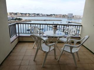 Duplex a l'Escala amb terraces dabant del mar,