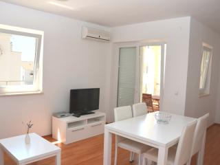 Nice apartment close to beach (31) sleeps 4+2, Novalja