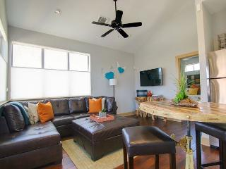 East 2nd Guest House - 1br/1ba - Luxury and Fab Location with City View, Austin