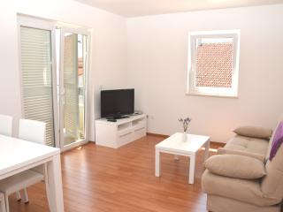 Lovely Modern Apartment w swimmingp(34) sleeps 3+2