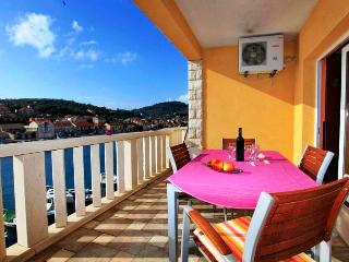 Tina 2 - apartment for 4+2 pax with AC, 10 meters from the sea