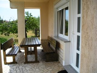 Dino 2 - apartment for 2-4 persons with parking and AC, Krk