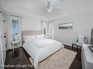 Enjoy Beverly Hills in this gorgeous one bedroom apartment!