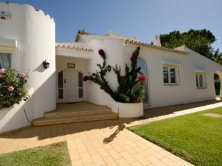 Stunning Casa Bonita with heated pool, Vilamoura