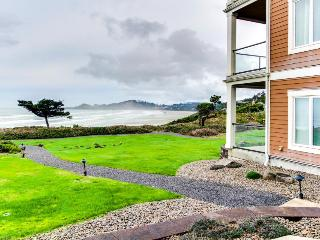 Oceanfront home with amazing views of Yaquina Lighthouse!, Newport