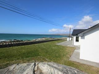 Coral Strand Lodge - Family dream opposite beach, Ballyconneely
