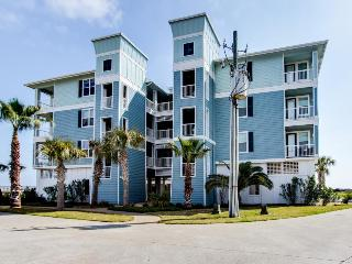 Waterfront rental w/ shared hot tub and pool - stroll to the sand & Beach Club!, Galveston