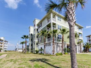 Luxurious oceanfront condo w/ shared hot tub & pool, nearby beach access!, Galveston