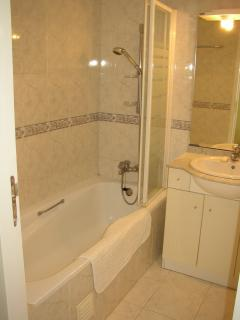 En suite bathroom with full size bath, shower attachment, loo, bidet and washbasin