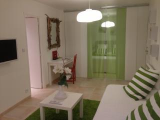 Salon avec porte d entrée sur salle de bains