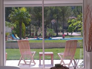 Vue du salon sur la piscine