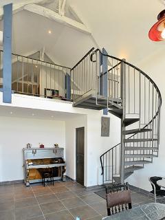 Escalier pour accéder au salon et aux chambre