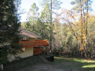 Sierra Springs, creekside retreat, wifi! No fees!, Oakhurst