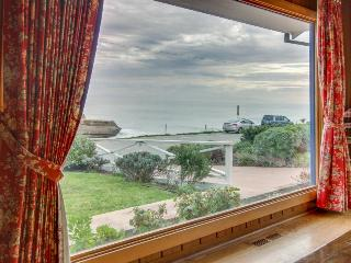 Classic beach home with a hot tub & gorgeous ocean views!, Santa Cruz