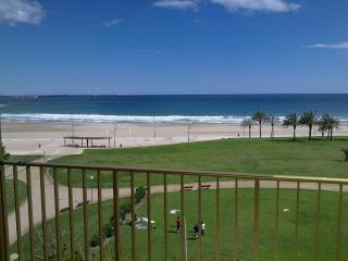 Apartamento con espectaculares vistas en La Pineda, primera linea de mar.