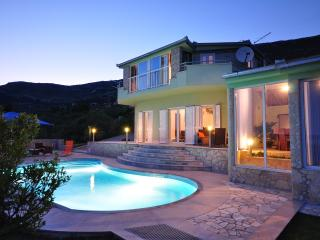Modern Villa for 6 with private pool & jacuzzi, Kastel Stari