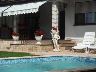 IVAN HOUSE, Loborika