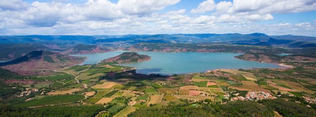 A 15 mn de Pézenas, le lac du Salagou, panorama splendide