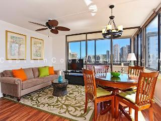 One bedroom (sleeps 4), full kitchen, washer/dryer, WiFi, pool & parking!, Honolulu