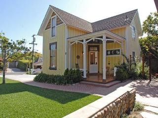 NYE OPEN + 20% OFF OPEN DEC! Historic Victorian Cottage + Short Walk to Beach