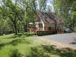 Awesome lakefront cabin- BBQ, A/C, deck, dock, ping pong