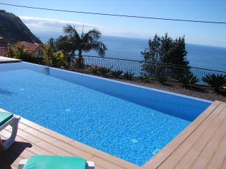 SEA VIEW & POOL, quiet, free wifi & parking, SUNNY place close to sandy beach
