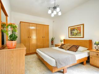 Sunflower ground floor apartment in Marsascala, Marsaskala