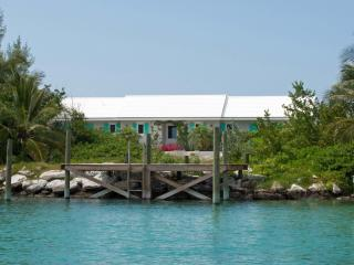 On the Rocks 2 bedroom cottage with Boat Dock, Marsh Harbour