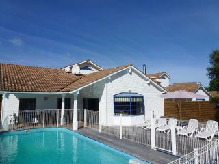 Moliets holiday villa with fenced and heated pool, Moliets et Maâ