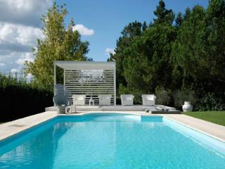 This contemporary villa offers 7 exclusive and fully equipped rooms, a wonderful