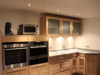Küche - Rechte Seite mit Backofen, Dampfgarer, Wärmeschublade und Mikrowellenherd