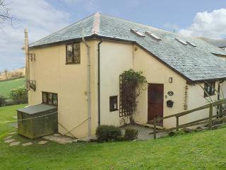 CORKY'S COTTAGE, end-terrace, en-suite, woodburner, shared indoor swimming pool and games room, near Bude, Ref 916241