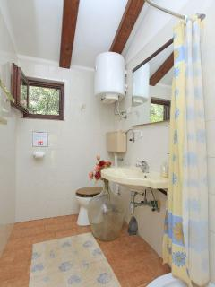 H(12): bathroom with toilet