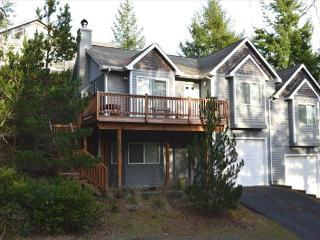 CLASSIC townhouse in a quiet neighborhood in Manzanita! COZY & COMFY!!