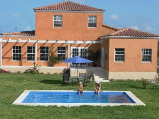 Casa Bonita-villa with ocean views & private pool., Great Exuma