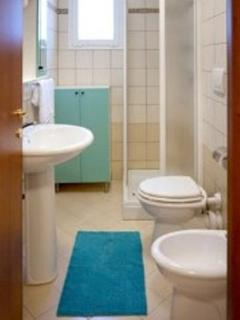 bathroom (towels supplied) -  bagno ( fornito di asciugamani)
