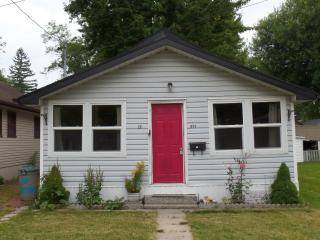 Crystal Beach Cottage - 1 minute walk to the beach