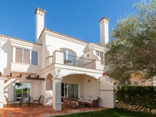 Spacious 2 bedrooon townhouse on a golf course in a gated community with pool